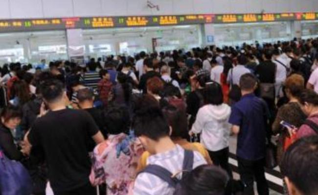 四川强降雨致铁路遇险情 旅客大延误