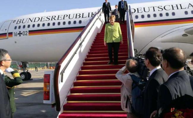 默克尔缓步走下专机抵达北京画面