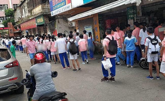 全校学生排队等待搜身一幕