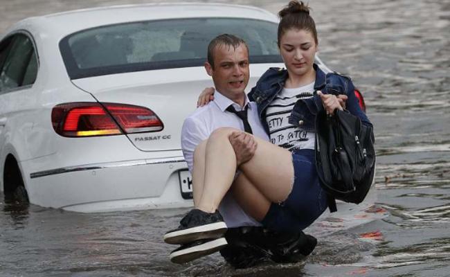 世界杯期间遇洪涝 俄小哥解救被困美女