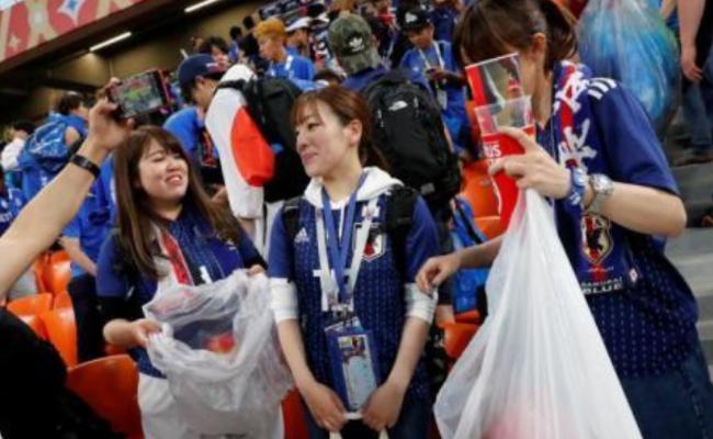 赛后 日本球迷自发带走垃圾