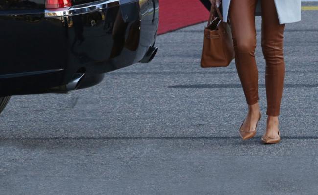 梅拉尼娅罕见平底鞋亮相芬兰