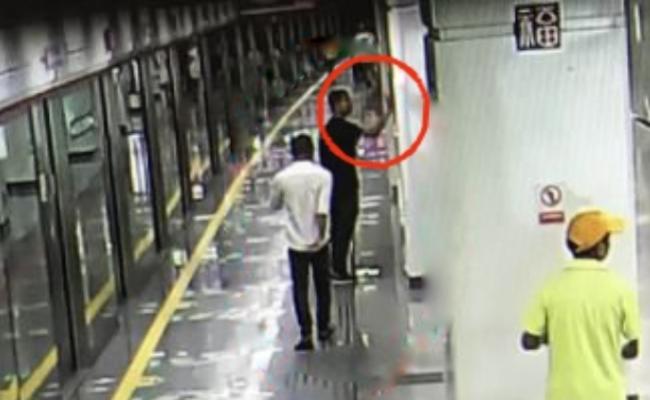 男子乱按按钮 险逼停地铁