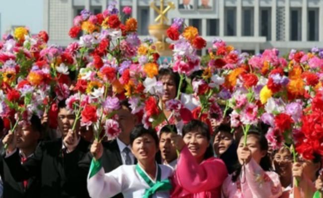 10万朝鲜民众街边迎接文在寅和金正恩