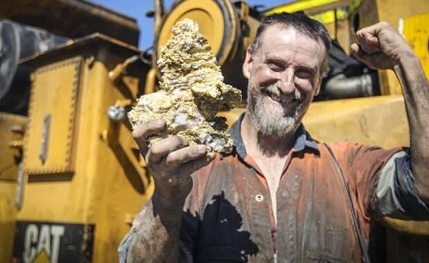 男子挖到6斤重的金块