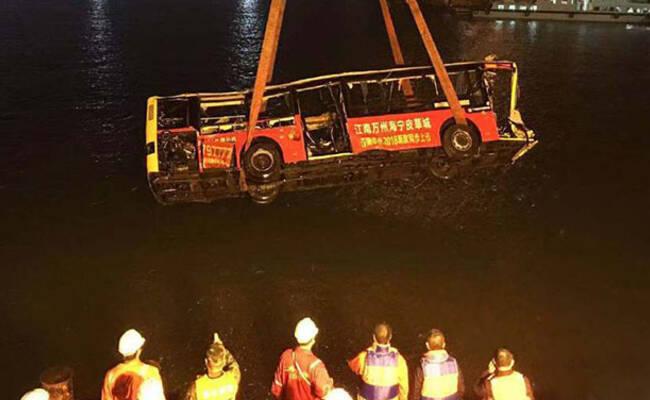 重庆坠江公交被捞起 车体变形