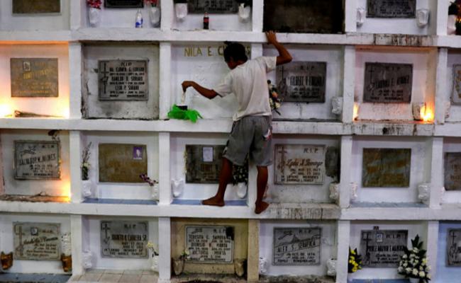 """菲律宾:民众""""爬""""公墓纪念亲人"""