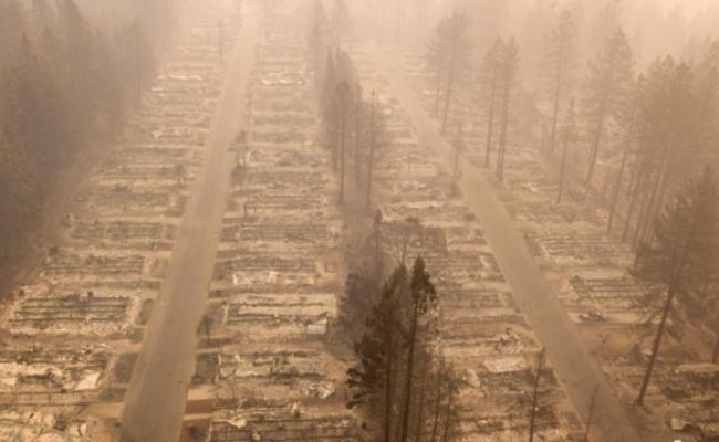 美国:山火将房屋烧成平地