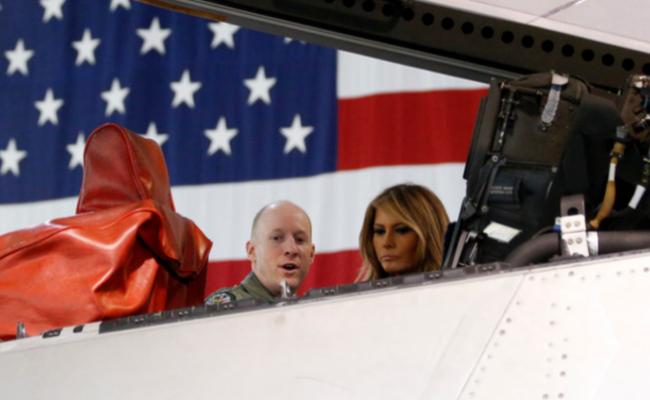 梅拉尼娅试坐F-22猛禽战机