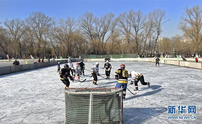 辽宁鞍山老年冰球队成立30年,老爷爷们平均年龄62岁