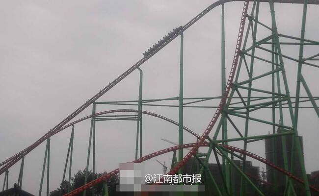 过山车故障 16名游客悬在70米高空