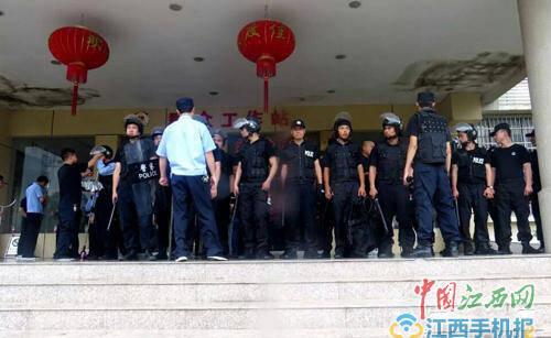 男子镇政府大楼内砍伤女官员 被制服