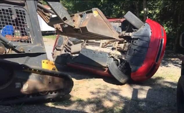 女儿车内偷偷约会 父亲开铲车砸女儿名车