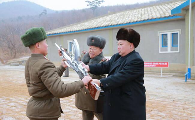 金正恩向士兵赠送步枪