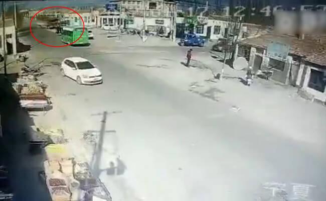 失控货车将房子撞平瞬间 至少5死