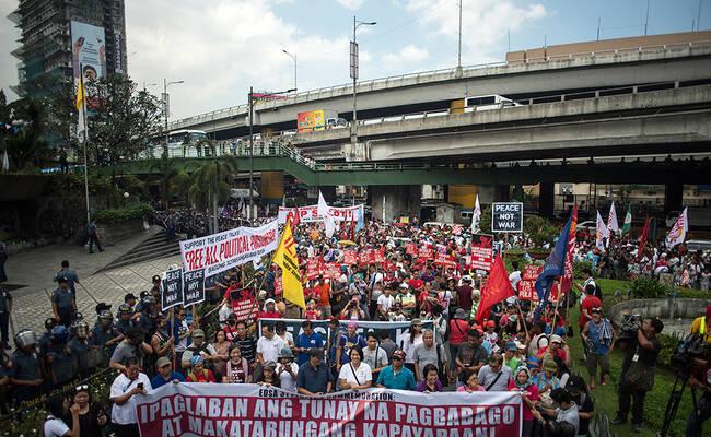上千人上街抗议杜特尔特