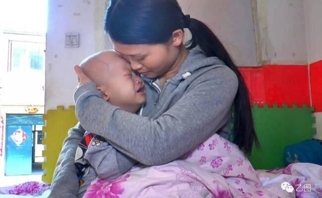 孩子重病被抛弃 和妈妈寄居出租房等死