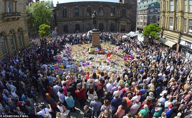 英国举国默哀1分钟悼念爆炸遇难者