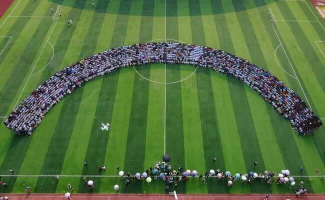超级毕业照2200人同框 一张照片2.5米