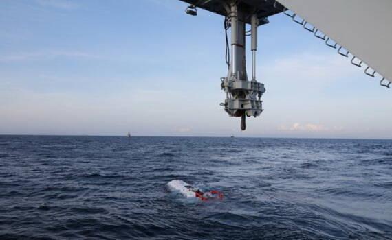 中国海军首与外军潜艇实际对接 神秘救生设备曝光