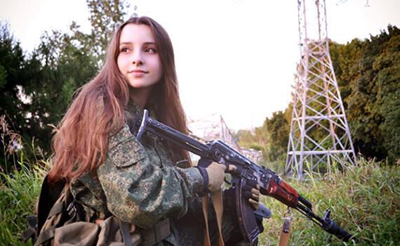 """最美女军迷进军中国 这个俄""""军二代""""为何火遍全球"""