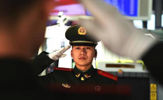 人类最大迁徙中,温暖旅客归家路 这就是中国军人