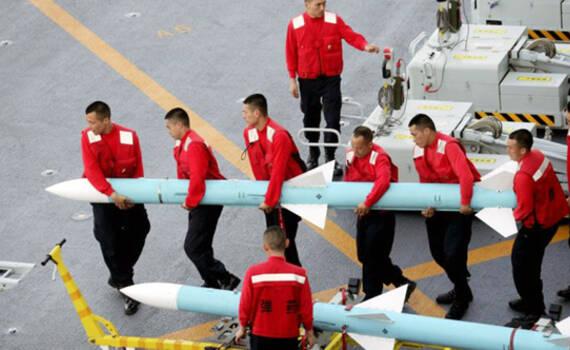 一枚PL-12导弹需6人抬!歼15海训照片公开