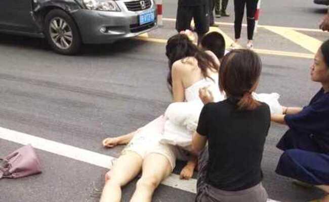 婚礼当天路遇伤者 新娘穿婚纱路边跪地救人