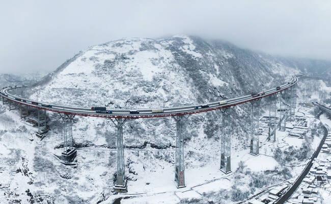 航拍雪后的四川干海子大桥