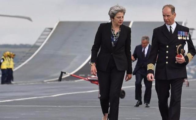 特蕾莎梅登上英军最新航母丨现场图