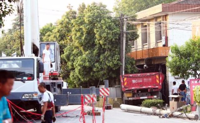 陕西宝鸡一货车撞进政府办公楼 致一人身亡丨组图