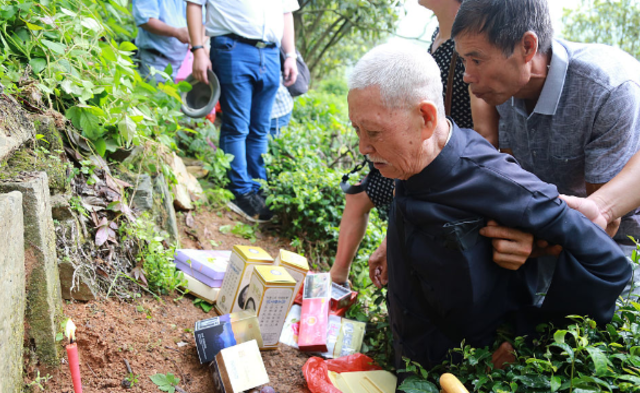 75年后首回大陆祭祖 9旬老兵长跪父母墓前|组图