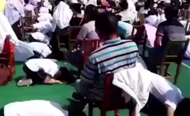 广西上百学生烈日下跪拜父母|组图