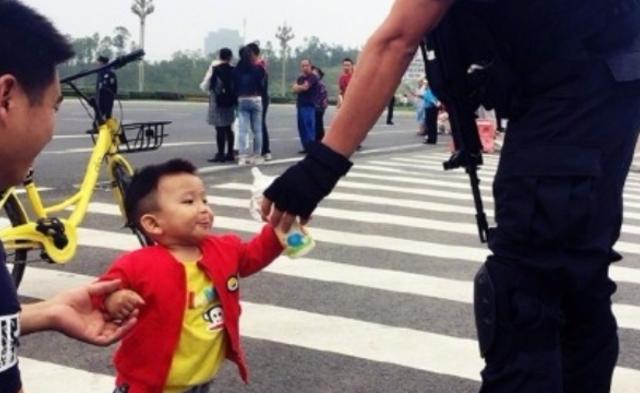 警察叔叔辛苦了,我的奶瓶给你喝|组图