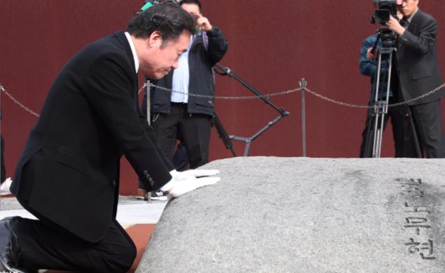 韩总理参拜卢武铉墓地 跪地抚石|组图