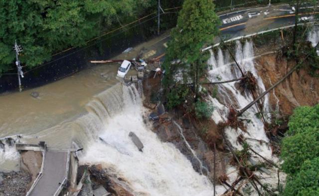 超强台风过境日本 暴雨冲垮公路|组图