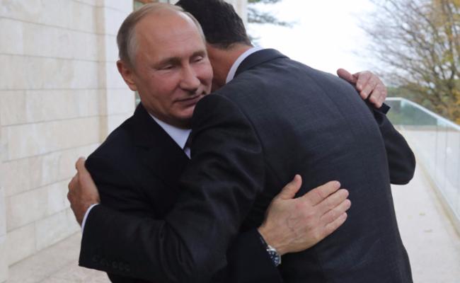 普京拥抱阿萨德一幕