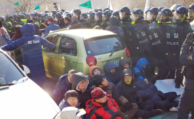 韩国民众阻挡军方为萨德基地装暖气