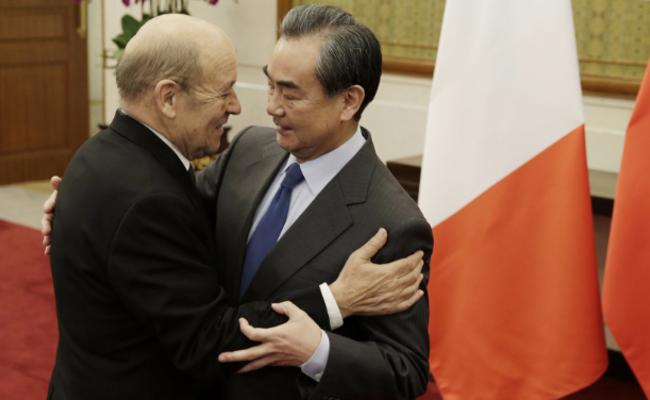王毅与法国外长相拥一幕