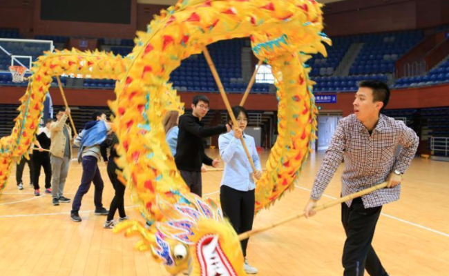 浙江大学开舞龙舞狮课 上百学生报名