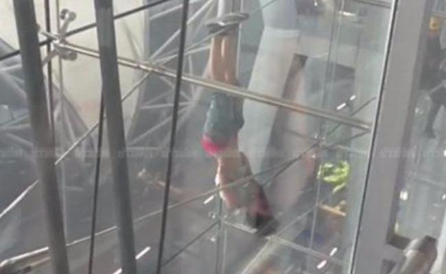 女子机场徒手高空倒挂 玩累了自动掉落