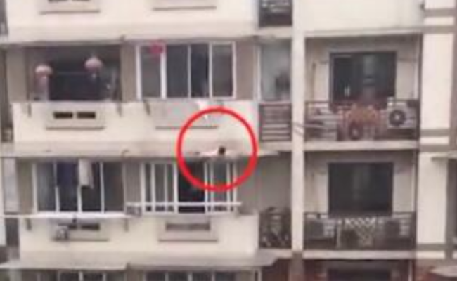 3岁女童爬出窗外 商户大叔一把抓回