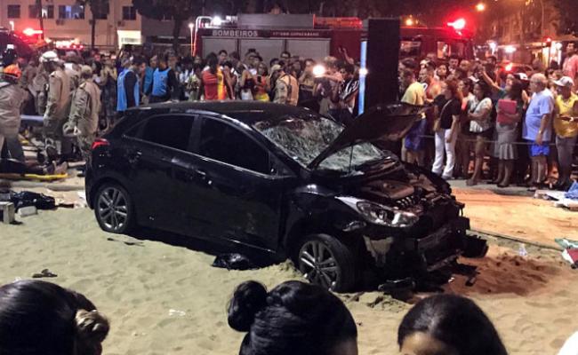 巴西汽车冲撞人群现场 至少15伤