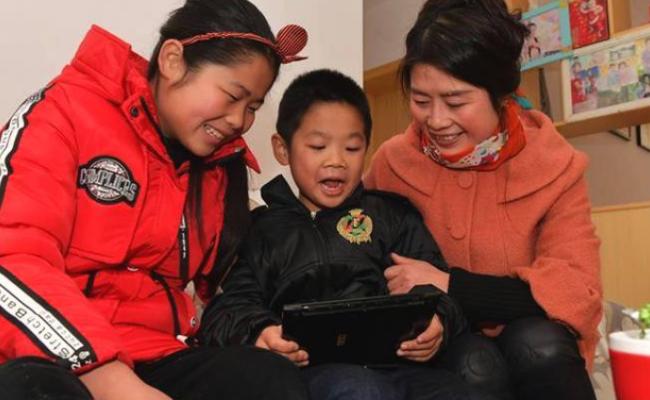 牵妈妈的手:江西留守儿童与妈妈新年团聚
