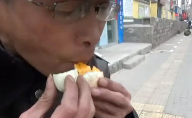 郑州男子把鸡蛋放马路 5分钟后煮熟