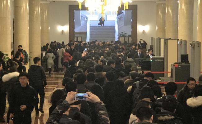 2018两会记者排队领证