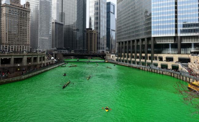 美国芝加哥河被染绿