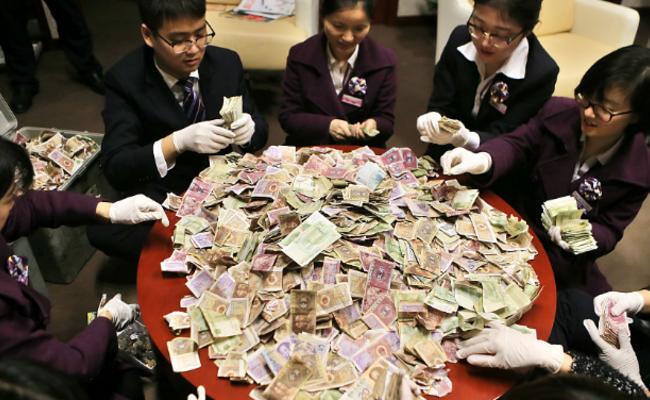 募捐箱攒40多公斤零钱 银行34人清点