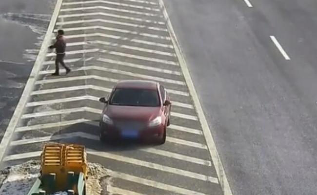 男子看不懂导航,让老婆高速拦车问路