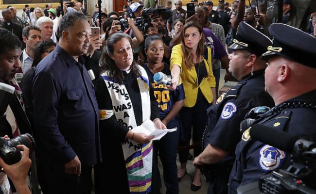 美国示威者闯入国会递交信件被阻